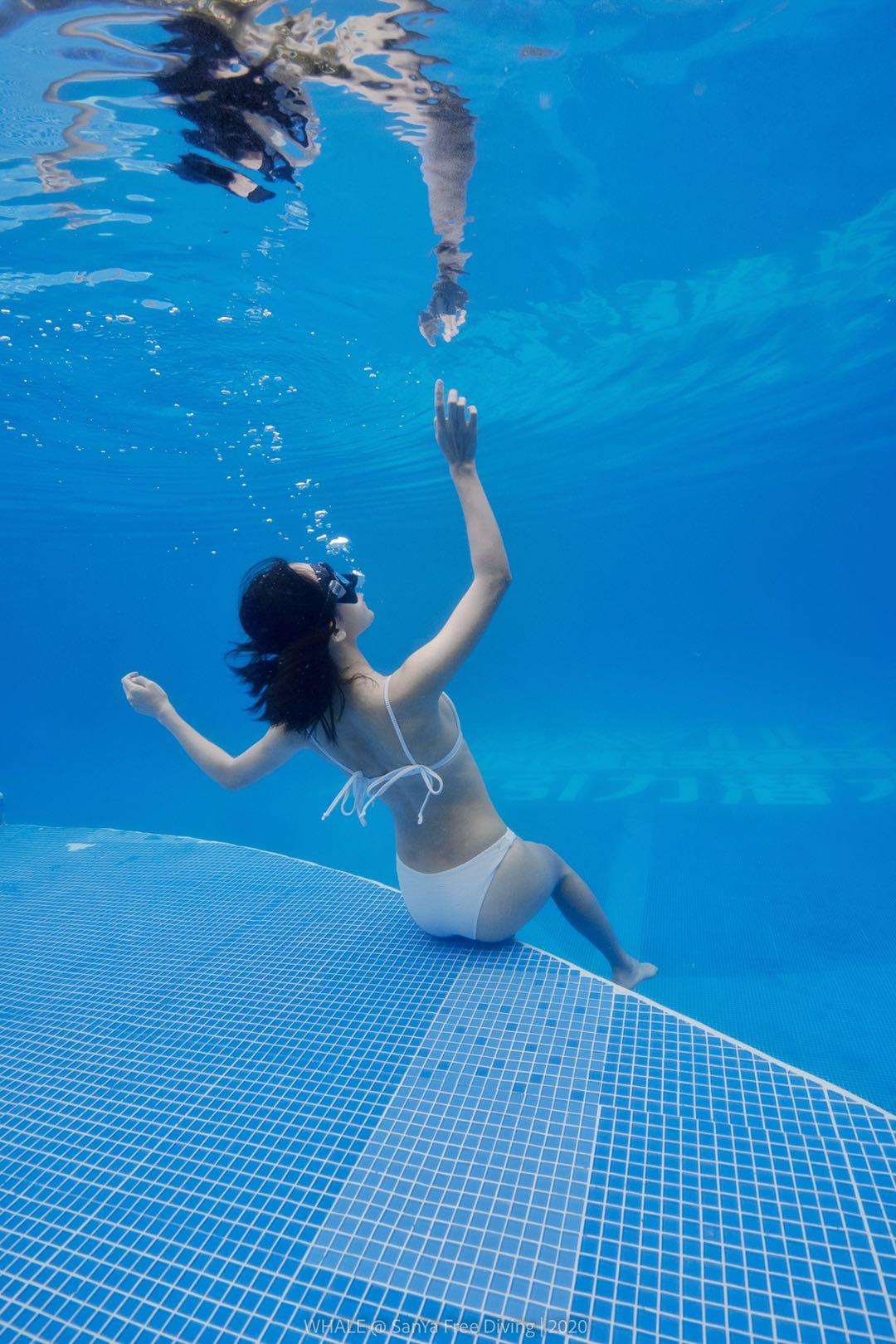 小姐姐泳池练习