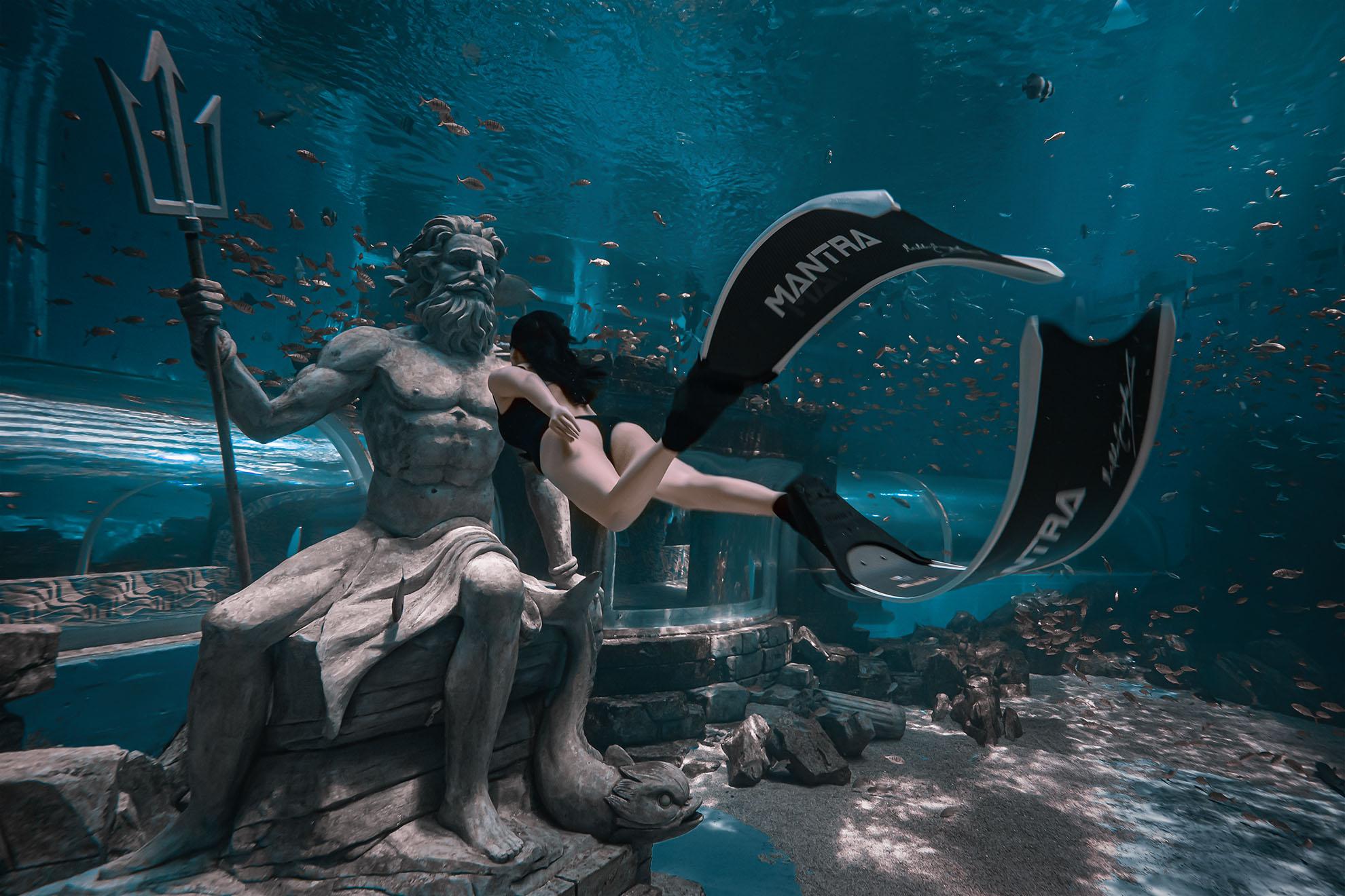 美女与海王水下相遇